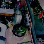 Откройте капот и найдите БП, установленный под ветровым стеклом в районе водительского места.