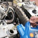 Возьмите новое масло и залейте в двигатель около трех литров.