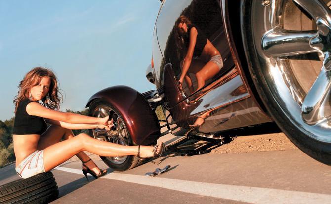 Автолюбитель Светлана еще не догадывается, что менять резину на своем автомобиле лучше не заранее, а непосредственно перед наступлением холодов