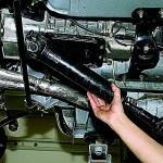 3. Также снимите передний карданный вал.