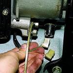 1. Когда клеммы АКБ отключены, отсоедините провода от устройства включения фар заднего хода.