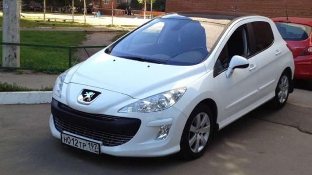 Белый автомобиль Пежо 308
