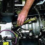 5. Теперь вам нужно снять кронштейн трубы. Возьмите ключ и открутите болты крепления и демонтируйте его.