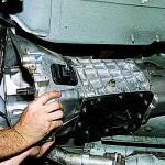 8. Подденьте силовой агрегат и при помощи помощника демонтируйте его и отодвиньте.