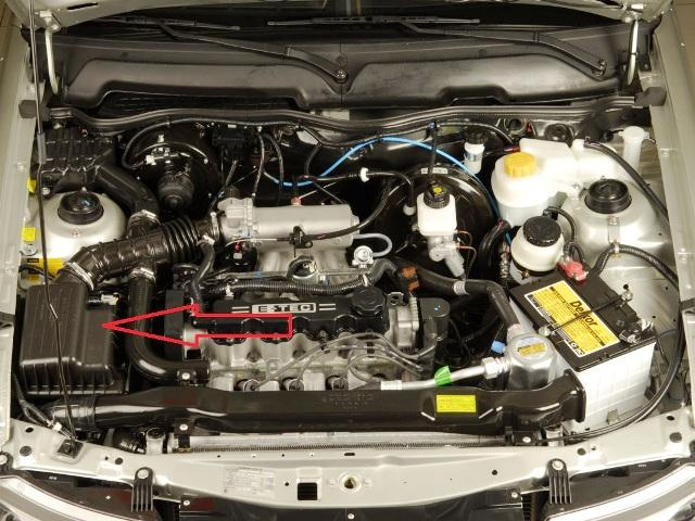 Короб находится слева от двигателя