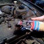 Залейте керосин в двигатель