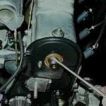 3. При помощи отвертки подденьте элемент, который следует сменить.