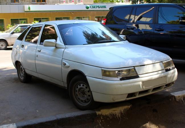 Белый автомобиль ВАЗ 2112