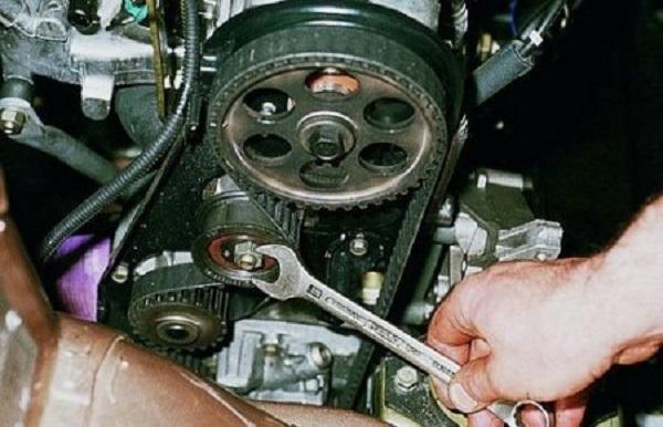 Затягиваем крепежный болт натяжного механизма Geely MK