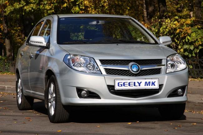 Серебристый автомобиль Geely MK