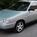Серебристый автомобиль ВАЗ 2112