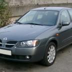 Серый автомобиль Ниссан Альмера
