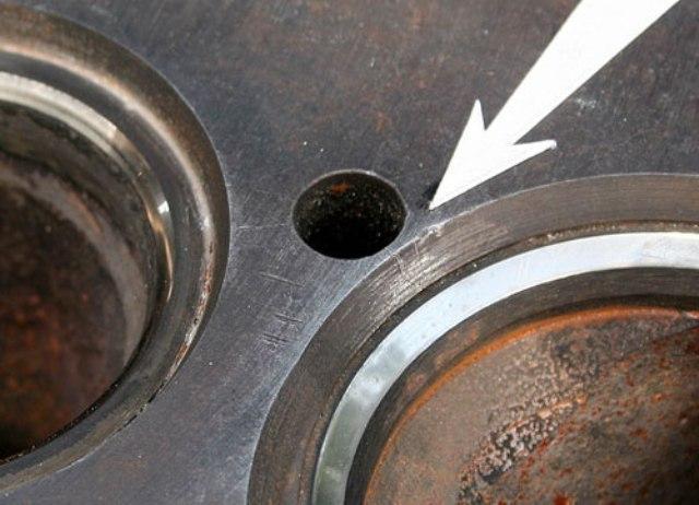 Стрелкой отмечен дефект поверхности