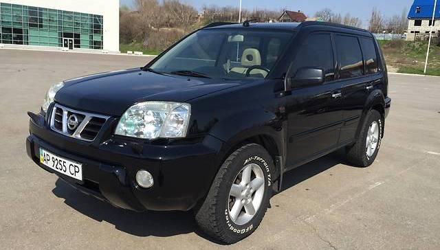 Автомобиль Nissan X-Trail в черном цвете