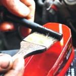 1. После установки ГБЦ на место смажьте резьбовую часть винтов моторным маслом.