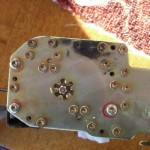 2. При помощи звездообразного ключа вам следует открутить винты, корпуса пиропатрона. На нашем примере три винта.