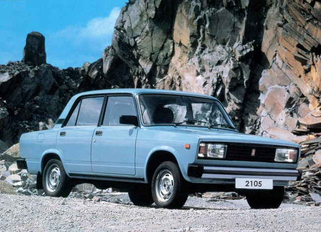 Голубой автомобиль ВАЗ 2105