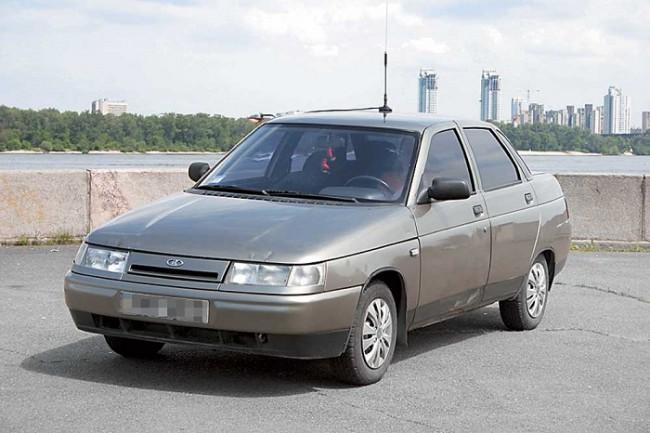 Серый автомобиль ВАЗ 2110