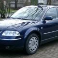 Синий автомобиль Фольксваген Пассат Б5
