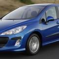 Синий автомобиль Пежо 308