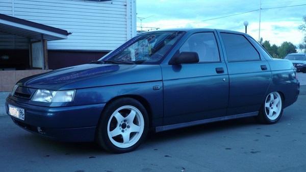 Синий автомобиль ВАЗ 2110