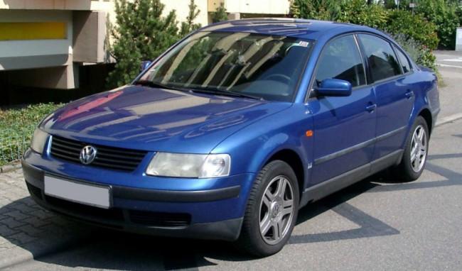 Автомобиль Фольксваген Пассат синего цвета