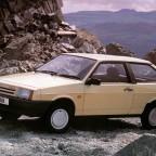 Бежевый автомобиль ВАЗ 2108