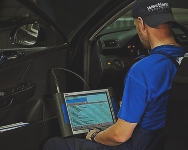 Осуществление диагностики машины на предмет поломок при помощи специального сканера и ноутбука