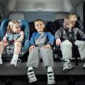 Довольные детки в салоне автомобиля