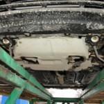 1. Поставьте автомобиль на опоры и демонтируйте защитную конструкцию, котораая была предусмотрена предприятием-изготовителем