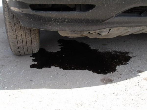 Масляные пятна в результате протечки жидкости из двигателя