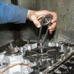 2. Демонтируйте шестеренки с цепочкой насоса.