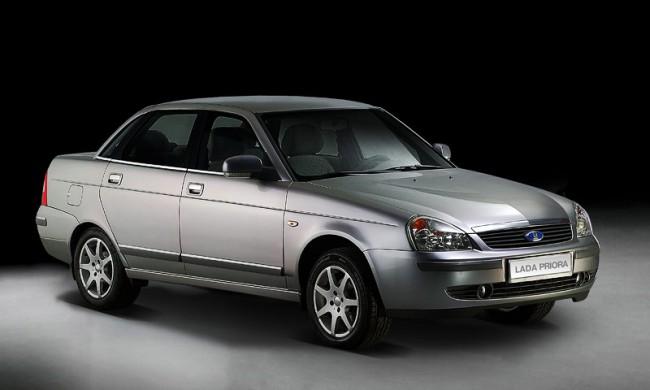 Серебристый автомобиль Лада Приора