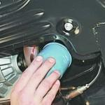 3. Установите новый масляный фильтр, залив в него немного жидкости и смазав кольцо.