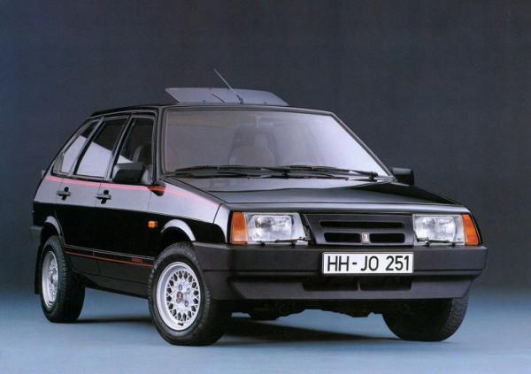 Черный автомобиль ВАЗ 2109