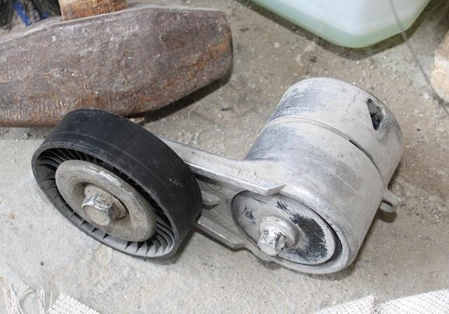 Демонтированный натяжной ролик
