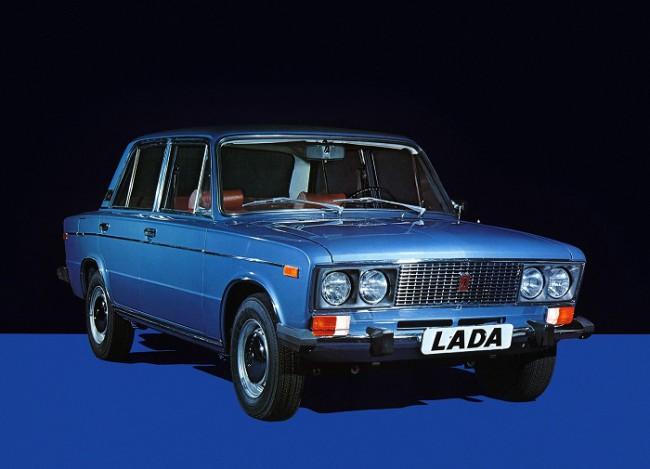 Голубой автомобиль ВАЗ 2106