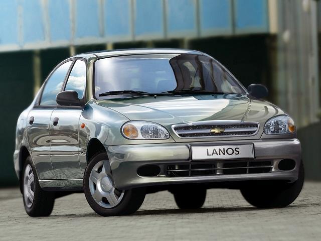 Серебристый автомобиль Шевроле Ланос
