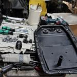 6. На поддон АКПП нужно установить новую уплотнительную резинку, после чего установить его на место и залить новую жидкость.