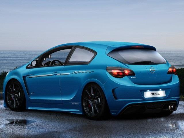 Синий автомобиль Опель Астра