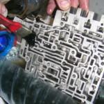 5. При помощи кисти и специального средства тщательно промойте гидроблок от отложений и осадков.