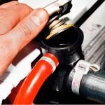 1. Заглушите мотор и открутите крышку заливной горловины под капотом авто.