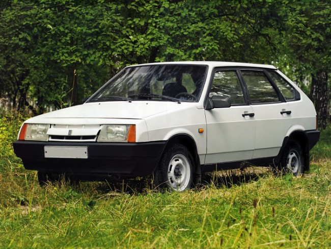 Белый автомобиль ВАЗ 2109