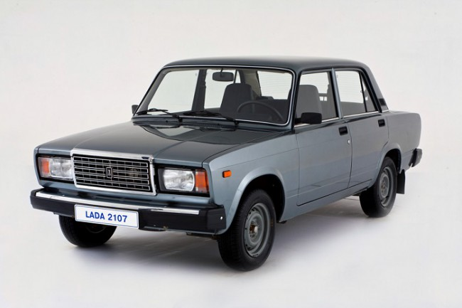 Серый автомобиль ВАЗ 2107