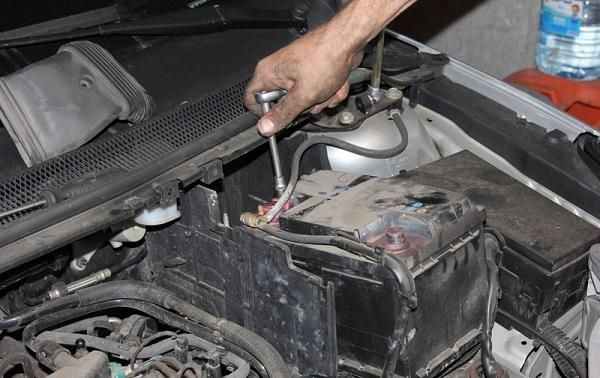 Демонтаж АКБ на Ford Focus 2