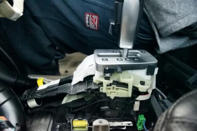 Селектор АКПП со снятой обшивкой