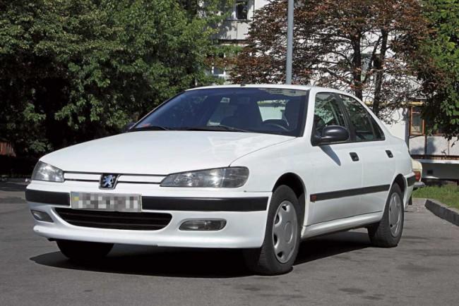 Белый автомобиль Пежо 406