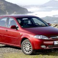 Красный автомобиль Шевроле Лачетти