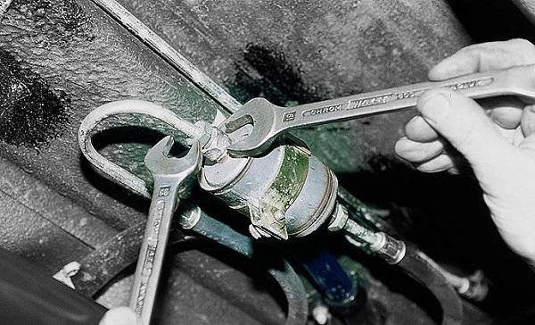Откручивание гаечными ключами расходника