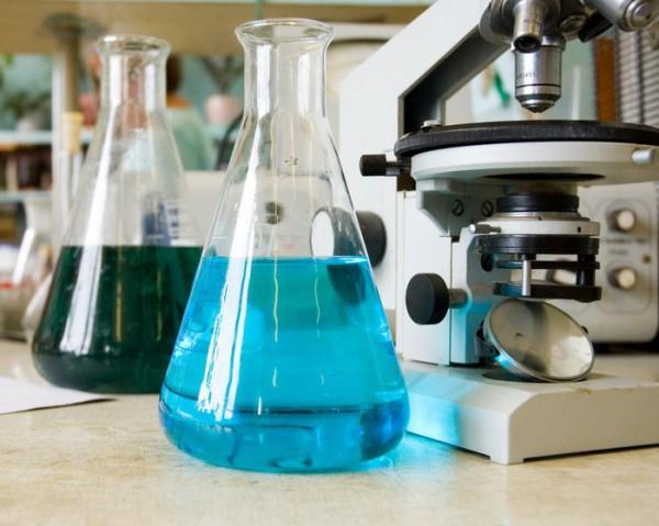 Антифриз в колбах лаборатории